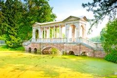 Puente sobre pantano en el parque famoso de Pushkin, Rusia Fotografía de archivo libre de regalías