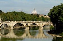 Puente sobre Tíber, Roma. Imagenes de archivo
