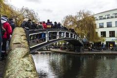 Puente sobre un canal en Londres, Inglaterra, Reino Unido Imágenes de archivo libres de regalías