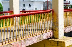 Puente sobre un peque?o r?o imagenes de archivo