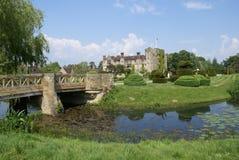 Puente sobre un río Jardín del castillo de Hever, Inglaterra Fotos de archivo