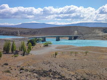 Puente sobre un río de los azules turquesa en Patagonia argentina Fotos de archivo libres de regalías