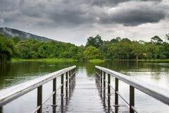 Puente sobre una presa cerca de la montaña foto de archivo libre de regalías