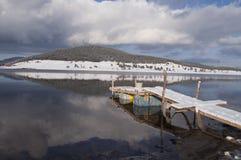 Puente solo en el invierno con algunos barriles Foto de archivo
