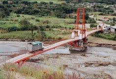 Puente suspendido cerca de la ciudad de Vilcabamba Foto de archivo libre de regalías