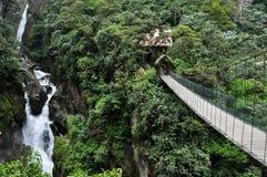 Puente suspendido en Banos Santa Agua, Ecuador fotos de archivo