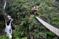 Puente suspendido en Banos Santa Agua, Ecuador Fotografía de archivo