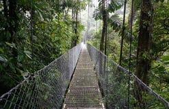 Puente suspendido en el La Fortuna Imagen de archivo libre de regalías