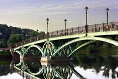Puente a través de la charca Fotografía de archivo libre de regalías