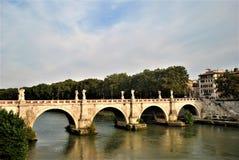 Puente a través de la Ciudad del Vaticano Roma de Tíber del río fotografía de archivo libre de regalías