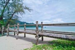 Puente a través de la playa de Datai, Langkawi, Malasia foto de archivo libre de regalías
