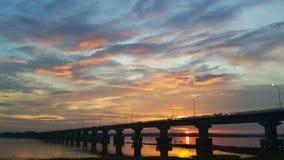 Puente a través de la presa debajo del cielo nublado Foto de archivo libre de regalías