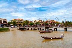 """Puente a través de Thu Bon River en ™i, Vietnam de Há"""", con los barcos de pesca en el foregorund fotografía de archivo libre de regalías"""