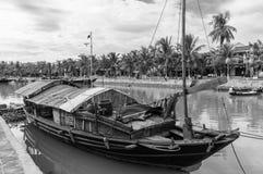 """Puente a través de Thu Bon River en ™i, Vietnam de Há"""", con los barcos de pesca en el foregorund fotografía de archivo"""