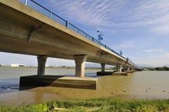 Puente a través de un río Fotos de archivo libres de regalías