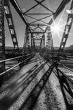 Puente a través de una cama de cala seca después de la estación de la monzón imagenes de archivo