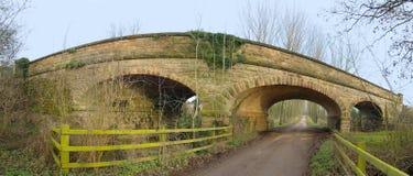 Puente a través del camino Fotos de archivo