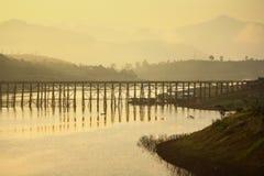 Puente a través del río. Fotos de archivo libres de regalías
