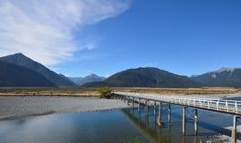 Puente a través del río Foto de archivo libre de regalías