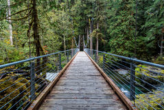 Puente a través del río imagenes de archivo