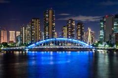 Puente a través del río de Sumida fotos de archivo