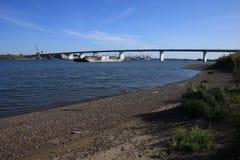 Puente a través del río de Tom Fotos de archivo