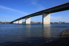 Puente a través del río de Tom Imagen de archivo libre de regalías