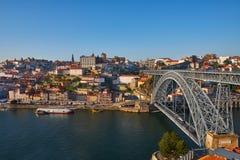 Puente a través del río del Duero, Oporto viejo, imágenes de archivo libres de regalías