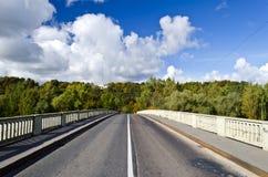 Puente a través del río Gauja en Sigulda, Latvia Foto de archivo