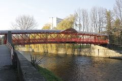 Puente a trav?s del r?o de Hron en Banska Bystrica, Eslovaquia foto de archivo