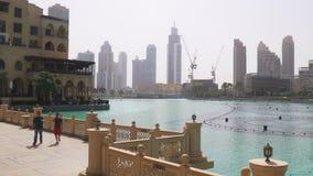 Puente turístico 4k uae de la fuente de la alameda de Dubai del día de verano almacen de video