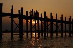 Puente U Bain de la teca en Birmania. Puesta del sol, siluetas. Fotos de archivo