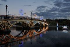 Puente, velero y flor iluminados en el crepúsculo en Tsaritsyno Fotografía de archivo libre de regalías