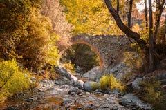 Puente veneciano antiguo en las montañas de Troodos, Chipre imagen de archivo