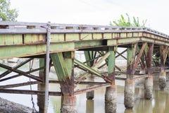 Puente verde del hierro viejo y oxidado Foto de archivo libre de regalías