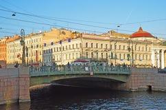 Puente verde en St Petersburg, Rusia Fotos de archivo libres de regalías
