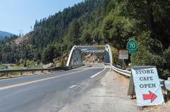 Puente viejo de la carretera 70 sobre el río de la pluma foto de archivo