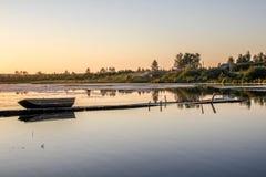 Puente viejo de la pesca en el lago en la puesta del sol Imagen de archivo