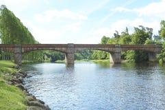 Puente viejo de Mertoun sobre golpe de los salmones en tweed del río fotografía de archivo libre de regalías