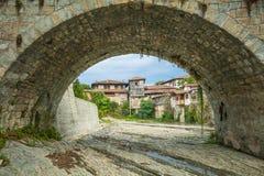 Puente viejo del arco en la ciudad de Elena bulgaria Imagen de archivo libre de regalías