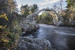 Puente viejo del caballo de carga en el Carr-puente en Escocia Imágenes de archivo libres de regalías