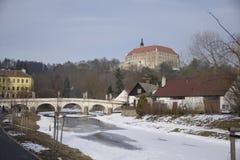 Puente viejo del castillo de la ciudad de la calle de la foto de la imagen de Namest nad Oslavou Imagenes de archivo