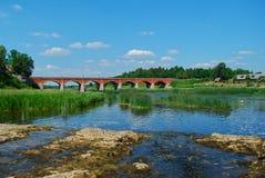 Puente viejo del ladrillo de Kuldiga Fotografía de archivo