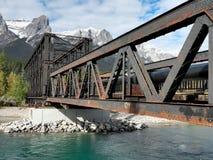 Puente viejo del metal en montañas rocosas canadienses Foto de archivo
