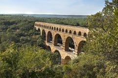 Puente viejo en día de verano caliente imagenes de archivo