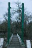 Puente viejo en el pueblo Imagenes de archivo