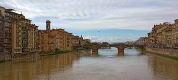 Puente en el río Arno Florencia Italia Foto de archivo