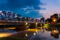Puente viejo en el río Chiang Mai, Tailandia del silbido de bala Imagenes de archivo