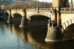 Puente viejo en la ciudad de Praga Foto de archivo libre de regalías
