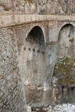 Puente viejo en montañas Fotos de archivo libres de regalías